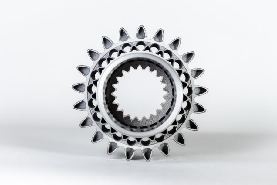 Pinhão impresso em metal 3D, projetado e fabricado pela BMT Aerospace e Carpenter Technology. Imagem via Carpenter Technology.